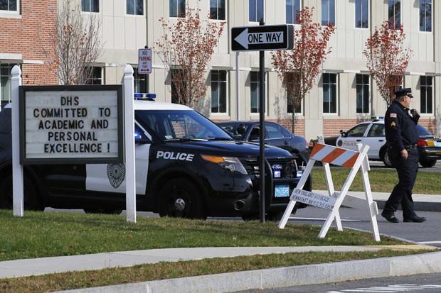 Policiais em frente ao prédio da escola em que ocorreu o crime, em Danvers, Massachusetts, nesta quarta-feira (23) (Foto: Reuters)