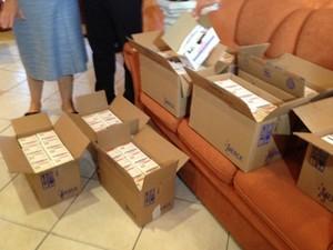 Caixas de medicamentos para feridos em inciendio em Santa Maria (Foto: Roberta Salinet/RBS TV)