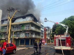 Chamas iniciaram em imóvel na Rua Doutor Moreira (Foto: Indiara Bessa/G1 AM)