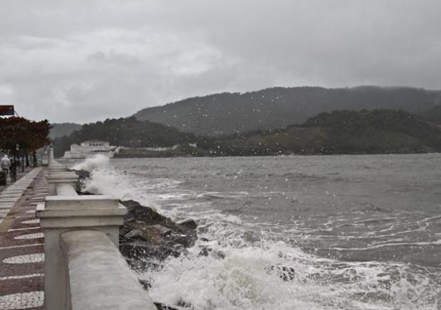 Ressaca atinge a Ponta da Praia, em Santos, SP (Foto: Airton Franca/ VC no G1)