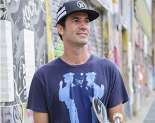 Bob Burnquist vai fazer algumas manobras em uma pista de skate (Foto: Globo/Caiuá Franco)