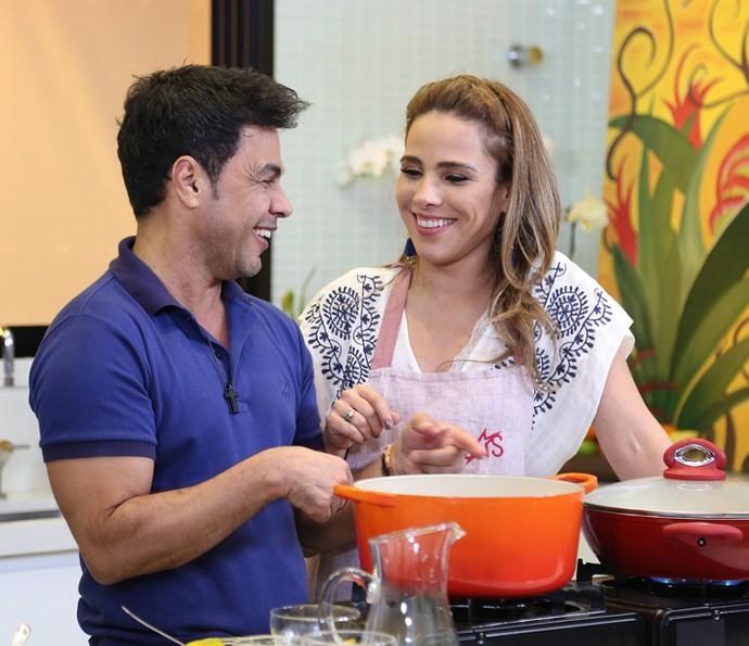 Zezé observa o desempenho da filha na cozinha (Foto: Carol Caminha/Gshow)