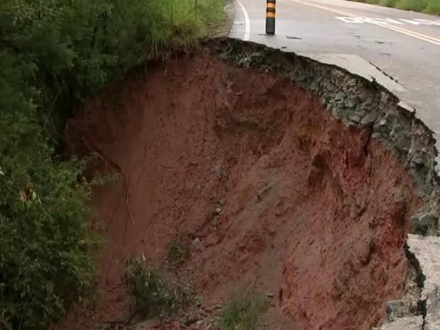 Prefeitura afirma que irá checar o que está causando os desmoronamentos (Foto: Reprodução/TV TEM)