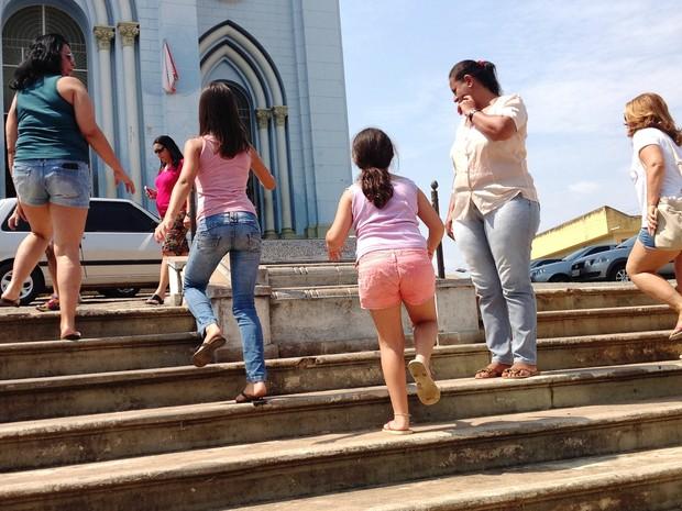 Turistas visitam monumento construído em homenagem a Belchior (Foto: Ricardo Welbert/G1)