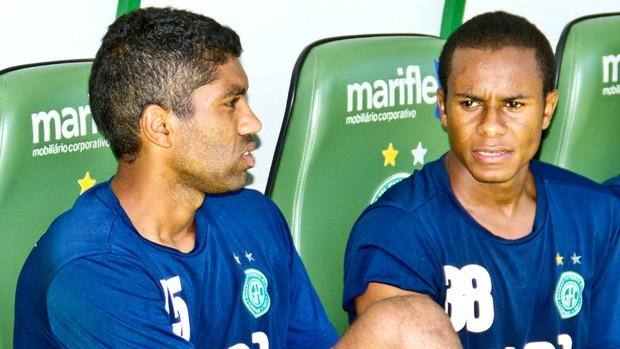 Bruno Neves conversa com Thiaguinho, no Guarani (Foto: Rodrigo Gianesi / Globoesporte.com)