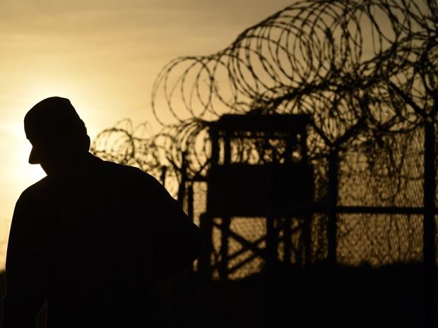Soldado caminha perto de cerca na prisão de Guantánamo, em foto de 9 de abril de 2014 (Foto: AFP Photo/Mladen Antonov)