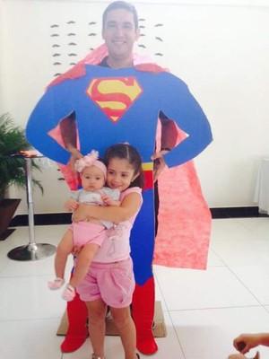 O super pai ao lado das incentivadores para a mudança de vida '#secapapai' (Foto: Imagem/GloboEsporte.com)