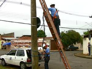 Equipes agora trabalham na companhia de seguranças (Foto: Ely Venâncio/EPTV)