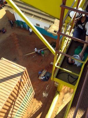 Funcionário é resgatado em Tatuí após cair em plataforma (Foto: Divulgação/Corpo de Bombeiros)