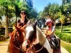 Ticiane Pinheiro e a filha, Rafaella Justus, andam a cavalo