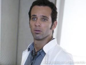 Ele fica pasmo com a acusação (Foto: Amor à Vida / TV Globo)