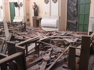 Torre da igreja São Benedito desabou em Teresina (Foto: Juliana Barros/G1)