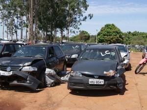 Veículos que serão leiloados no dia 25 de setembro pelo Detran-MS (Foto: Suelen Buzinaro/ Detran-MS)