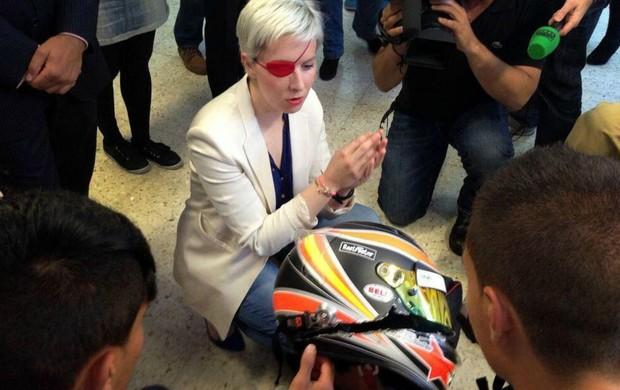 MAria de Villota revela capacete após acidente (Foto: Divulgação/Twitter)
