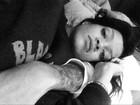 Rihanna posta foto supostamente abraçada a Chris Brown