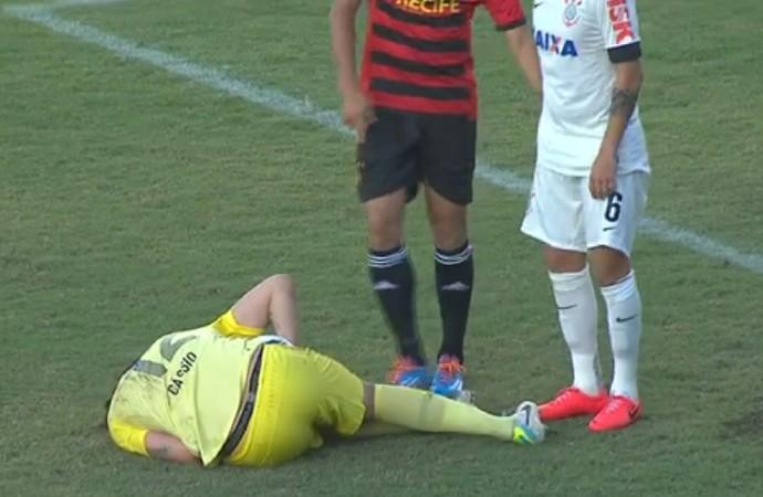 Cássio desaba no gramado com dores no joelho (Foto: Reprodução)