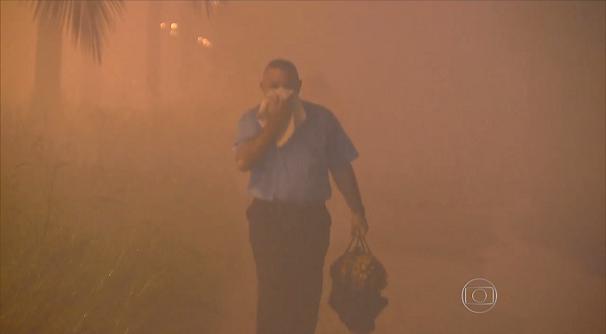 Bairros ficaram encobertos por fumaça tóxica (Foto: Reprodução/TV Tribuna)