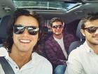 Rodrigo Simas publica foto ao lado dos irmãos e brinca: 'Os três patetas'
