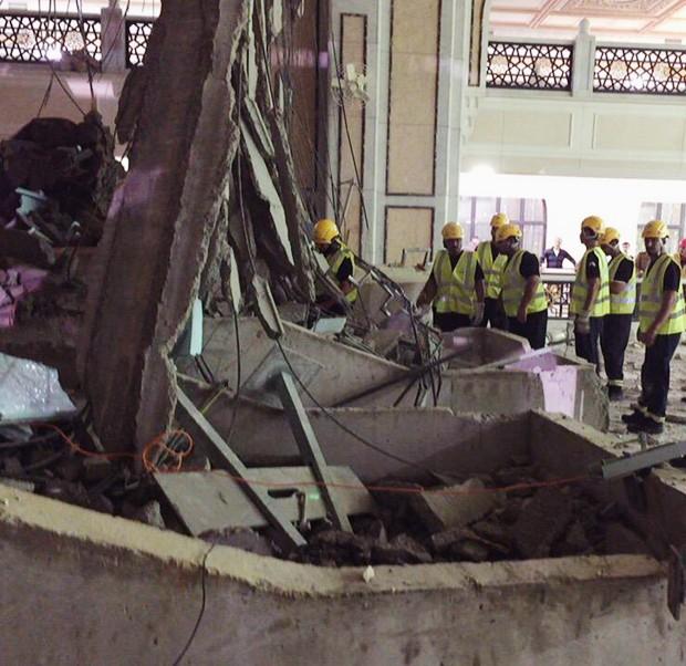 Defesa Civil inspeciona destroçoso no local da queda do guindaste na Grande Mesquita de Meca (Foto: AP/Defesa Civil da Arábia Saudita)