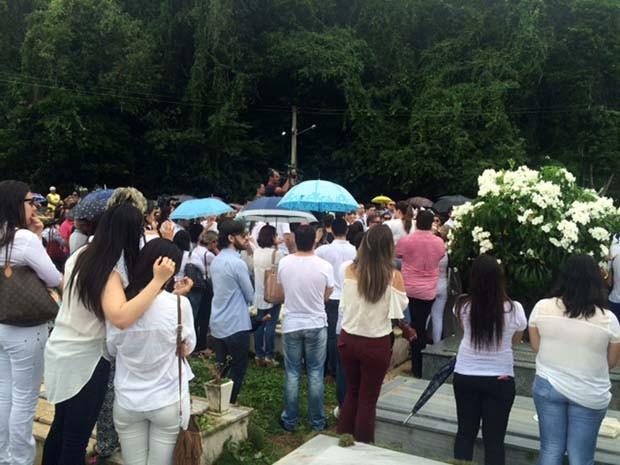 Centenas de pessoas estiveram no cemitério para o enterro de Máximo Augusto (Foto: Fernanda Zauli/G1)