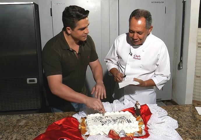 Falcão cumpri a sua missão de fazer o bolo de Santo Antônio (Foto: Reprodução/Meu MS)