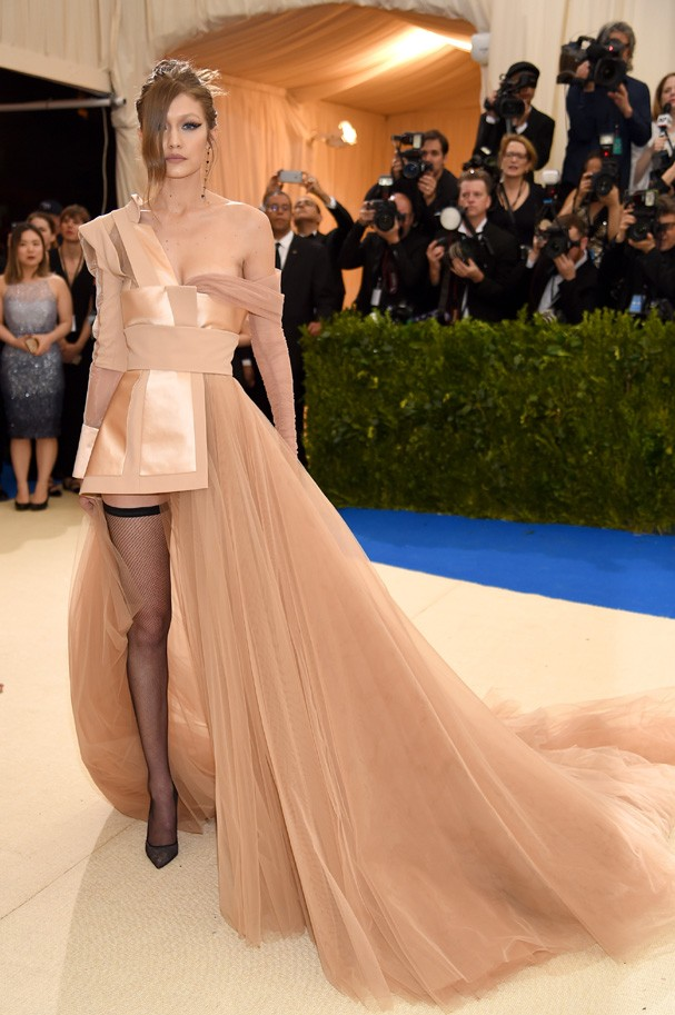 """NEW YORK, NY - MAY 01:  Gigi Hadid attends the """"Rei Kawakubo/Comme des Garcons: Art Of The In-Between"""" Costume Institute Gala at Metropolitan Museum of Art on May 1, 2017 in New York City.  (Photo by Dimitrios Kambouris/Getty Images) (Foto: Getty Images)"""