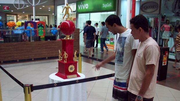 Troféu está exposto em um shopping de Aracaju (Foto: João Áquila/GLOBOESPORTE.COM)