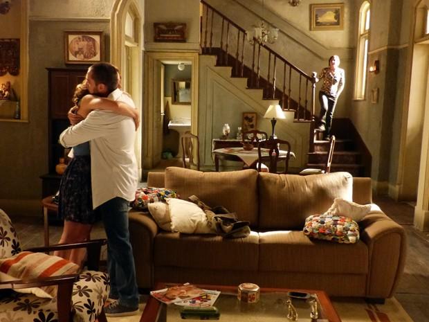 Cora aparece na hora do beijo e corta o clima do casal (Foto: Império / TV Globo)
