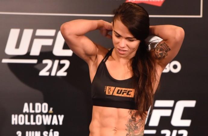 Cláudia Gadelha tomada de peso UFC 212 (Foto: André Durão)