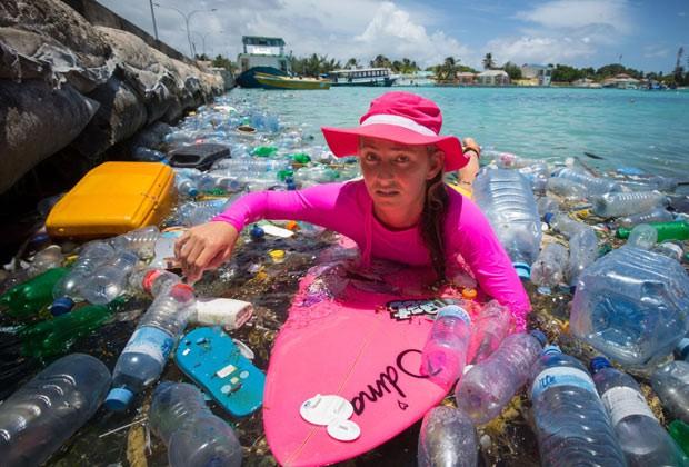 A cineasta Alison Teal rema entre objetos de plásticos deixados nas Ilhas Maldivas, no Oceano Índico (Foto: Caters News/The Grosby Group)
