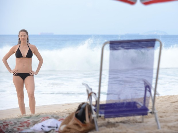 Luana mostra corpão em gravação na praia (Foto: Raphael Dias/TV Globo)