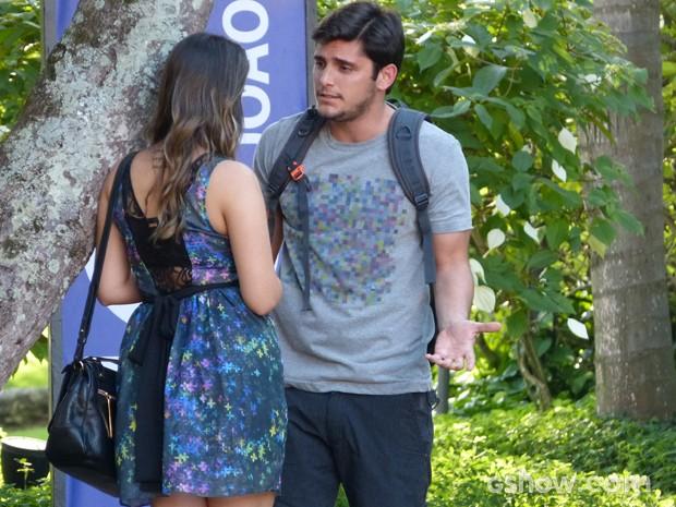 André quer saber o motivo da amiga ser fria com ele (Foto: Em Família / TV Globo)
