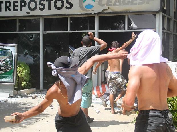 Grupo atira pedraqs contra prédio na Ceagesp durante protesto (Foto: Edno Luan/ Futura Press/ Futura Press/Estadão Conteúdo)