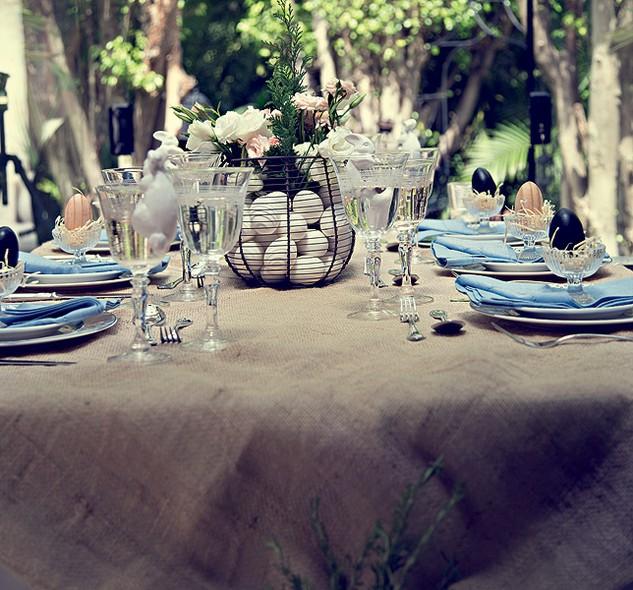 Ovos de verdade compõem o arranjo de flores no centro da mesa. Dica: é melhor cozinhá-los antes, assim não tem perigo de sujeira