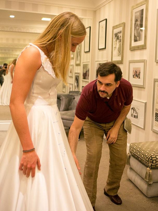 Sandro Barros faz prova de roupa em Maria Pia de Orleans e Bragança de Jong (Foto: Nattan Carvalho)