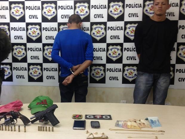Adolescente de 16 anos e jovem de 22 foram levados a delegacia  (Foto: Dominique Cavaleiro/Globoesporte.com)