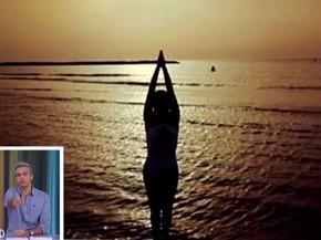 Em uma praia belíssima, a atriz Flávia Alessandra faz pose (Foto: Vídeo Show / Gshow)