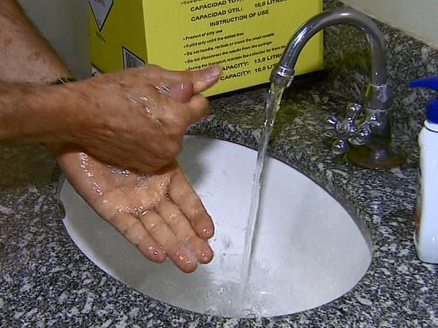 Lavar bem as mãos também é uma maneira de se prevenir, diz médico pediatra (Foto: Ely Venancio/EPTV)