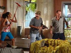 Vassoura neles! Penha expulsa a dupla (Foto: Cheias de Charme / TV Globo)