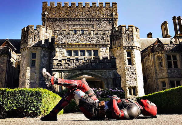 O ator Ryan Reynolds no papel do mutante Deadpool deitado na entrada da mansão dos X-Men (Foto: Twitter)