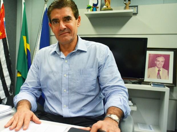 Na sala do governo de transição, Duarte Nogueira (PSDB) mantém foto do pai, de quem herdou o nome e herença política (Foto: Adriano Oliveira/G1)