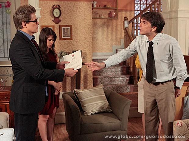 Dino entrega laudo que acusa Carolina (Foto: Guerra dos Sexos / TV Globo)