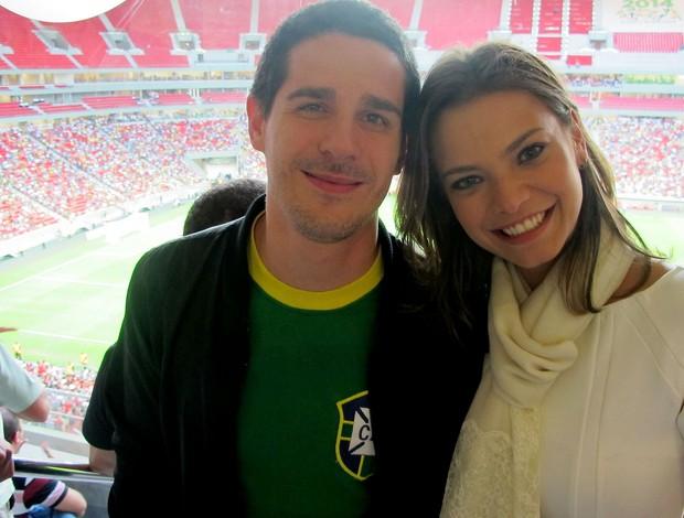 Pedro Neschling e Milena Toscano estádio mané garrincha (Foto: Fabrício Marques)