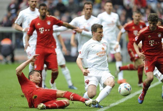 Radoslav Zabavnik, do Mainz, disputa bola com Ivica Olic e Thomas Müller, do Bayern de Munique (Foto: EFE)
