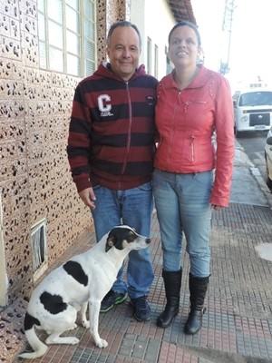 Casal e o cachorro de estimação Bob (Foto: Wilton Tormena/ G1)
