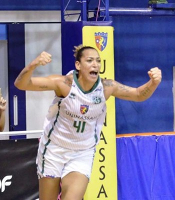 time pernambucano contou com atuação dominante da pivô Érika de Souza para deslanchar no final de partida e sair de quadra com vitória  (Foto: Robson Neves/Divulgação)
