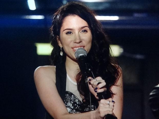 Gabi sobe no palco e canta (Foto: Divulgação/TV Globo)