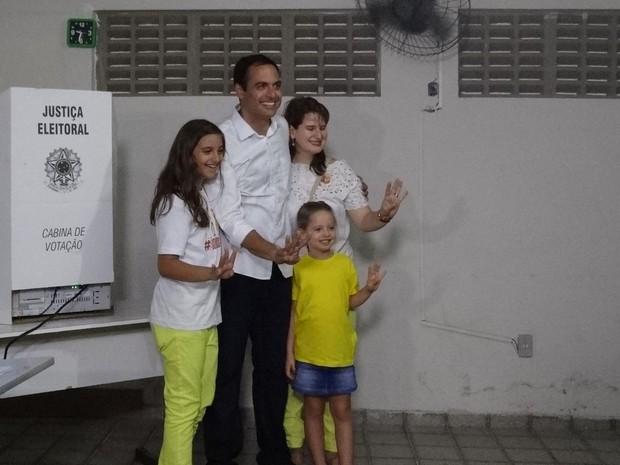 No Recife, Paulo Câmara chega ao local de votação com a esposa, a juíza Ana Luiza, e as filhas (Foto: Katherine Coutinho/G1)