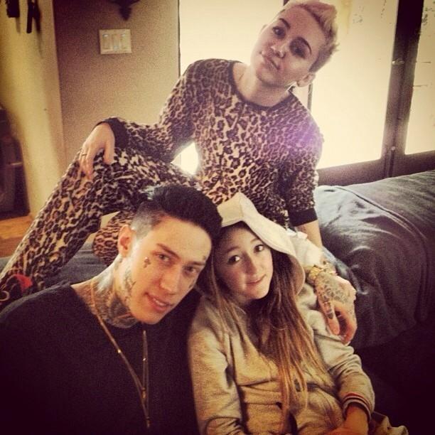 Miley Cyrus posta foto com o irmão mais velho, Trace, e a irmã Noah (Foto: Instagram)