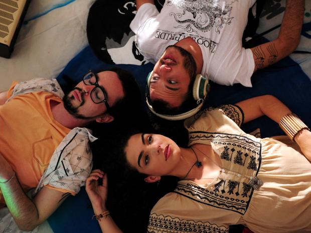 Em sentido horário:  Thales (Johnny Hoocker), Igor (Samuel Vieira) e Jana (Julia Konrad) foram a Navegabeat (Foto: João Cotta/TV Globo)